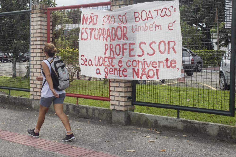 Faixa foi fixada no portão de entrada do campus sede da Udesc, em Florianópolis - Marco Santiago/ND