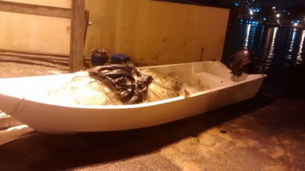 Embarcação de fibra de pequeno porte levava três pessoas quando naufragou - Corpo de Bombeiros/Divulgação/ND