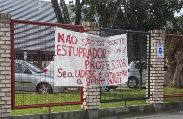 Faixa fixada no portão de entrada do campus sede da Udesc, em Florianópolis - Marco Santiago/ND