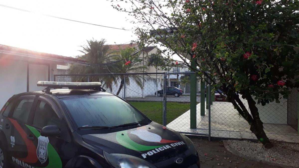 Dupla pulou o alambrado para ter acesso à cela da delegacia - Rodrigo Cardozo/RICTV Record/ND