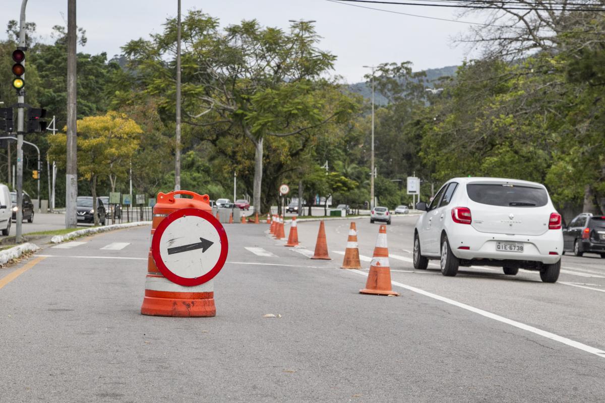 Sem o semáforo, entrada para a rua Byron Barcellos pode ser feita pelo retorno adiante ou pelo shopping - Marco Santiago/ND