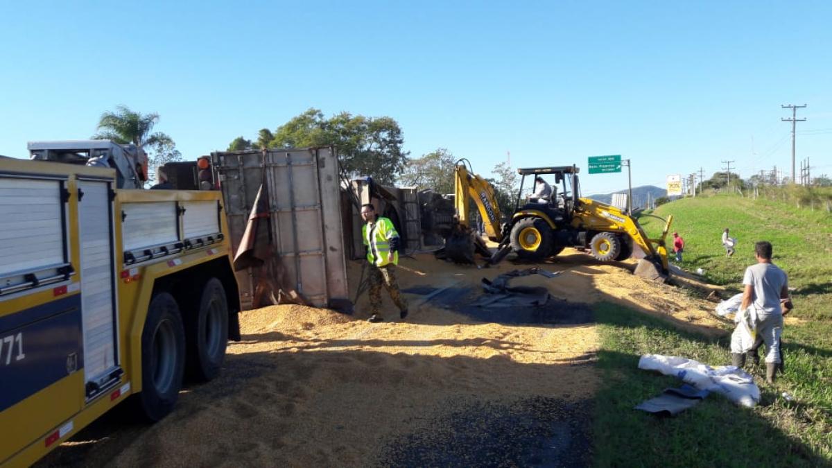 Rodovia foi interditada para limpeza e retirada do veículo - PRF/Divulgação/ND