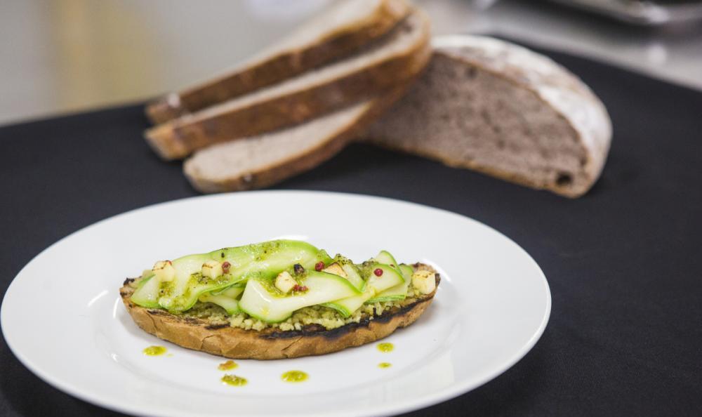 Bruschetta de abobrinha com pão de goiaba serrana, pesto de pinhão e queijo serrano - Daniel Queiroz/ND