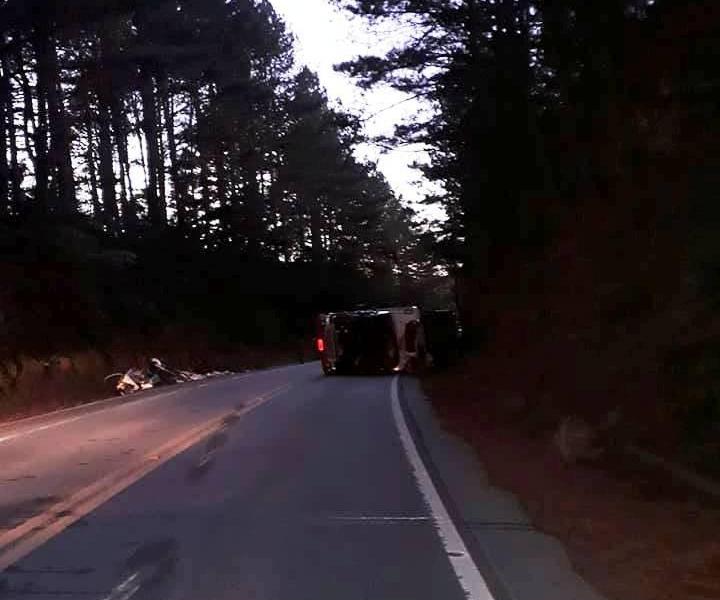 Caminhão tombou durante a madrugada e motorista ficou preso nas ferragens - Divulgação/ND