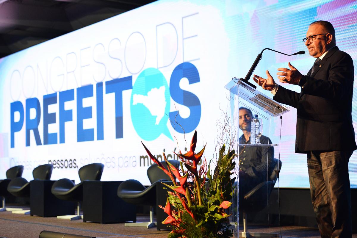Prefeito de Itajaí, Volnei Morastoni, presidente da Fecam, abriu evento - Diego Redel/Divulgação/ND