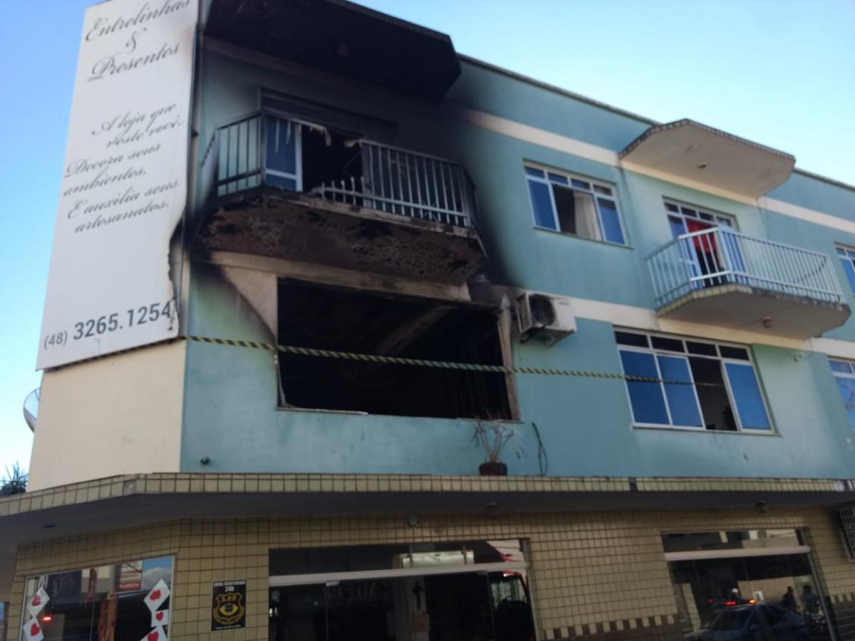 Sacada do terceiro andar também foi danificada pelo incêndio - CBMSC/Divulgação/ND