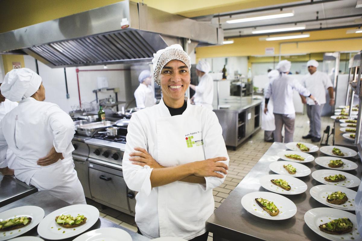 Fabiana Amaral organiza o almoço no restaurante-escola com alimentos produzidos em Santa Catarina - Daniel Queiroz/ND