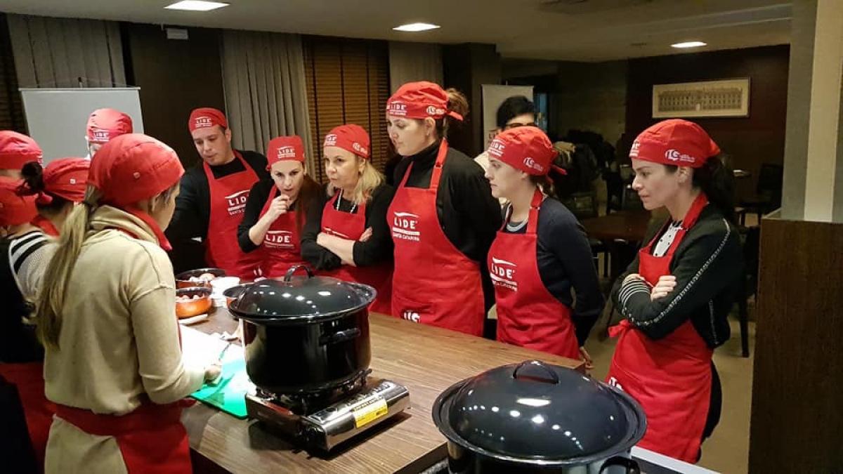 Lide organizou a dinâmica de relacionar a gestão de uma equipe na cozinha com a de uma empresa - Divulgação Lide/ND