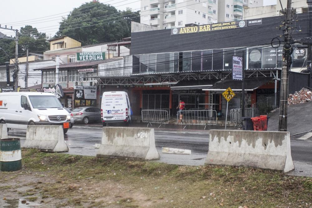 Bagunça fica concentrada nos quatros bares em frente a um dos acessos à universidade - Marco Santiago/ND