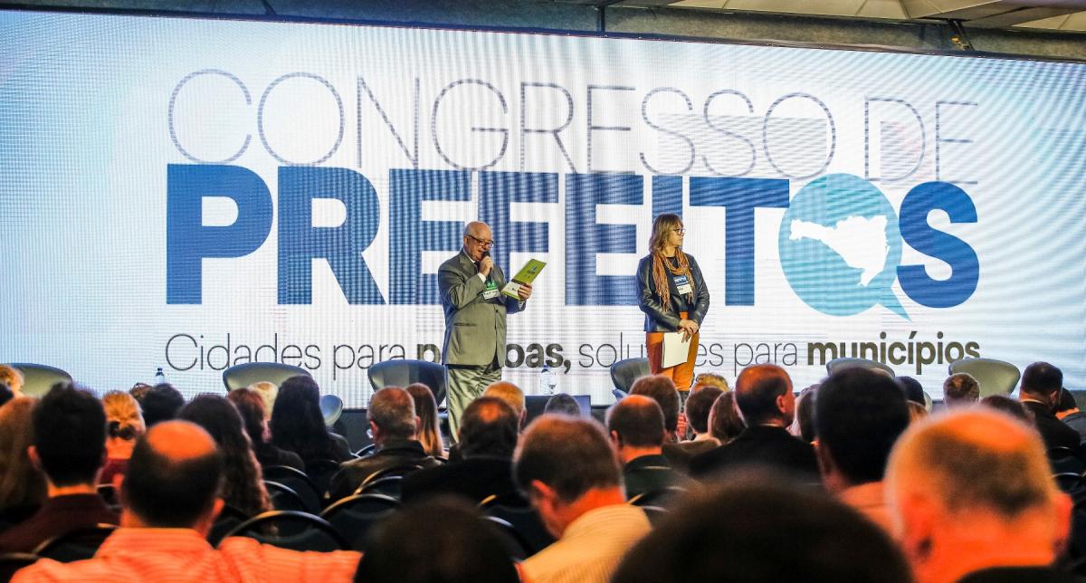 """O manifesto """"Para onde caminha Santa Catarina?"""" foi lido durante a abertura do painel com os précandidatos - Daniel Queiroz/ND"""