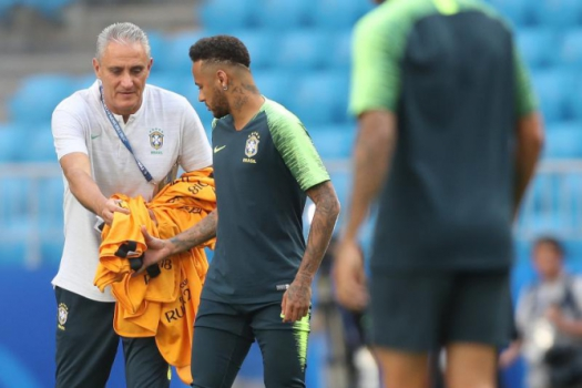 a92997f772 Vai que é sua! Neymar recebe colete de Tite em treino em Samara: chance