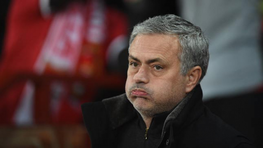Mourinho não está nada satisfeito (Foto: Oli Scarff/AFP)