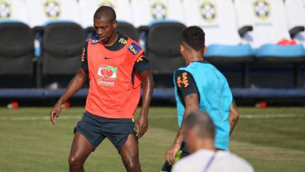 Fernandinho durante treino da Seleção - (Foto: MoWA Press)