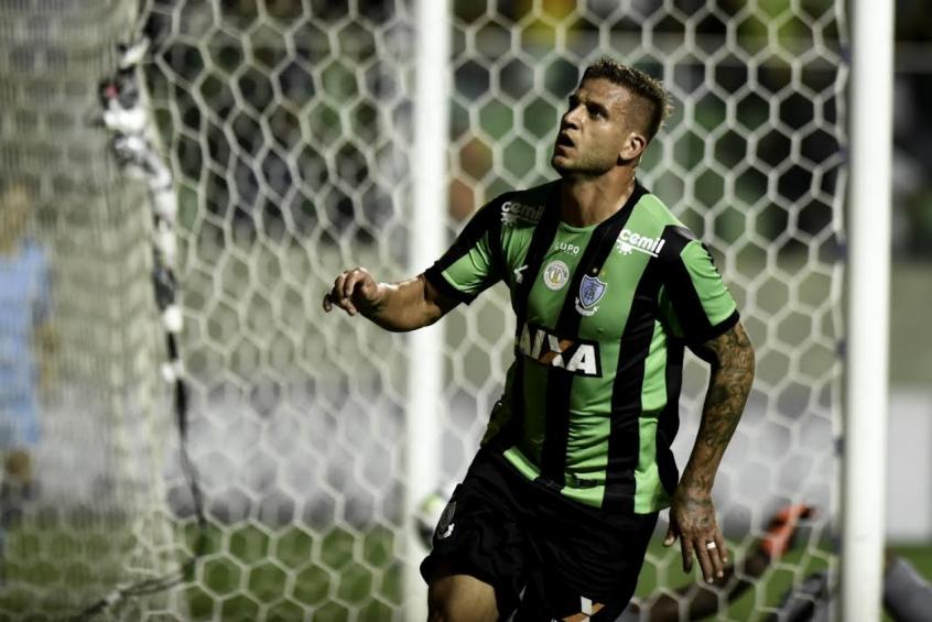 Rafael Moura volta ao Coelho após cumprir suspensão automática (Foto: Divulgação)