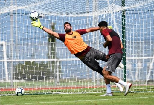 Alisson mostrou qualidade no primeiro treino - Divulgação / Twitter