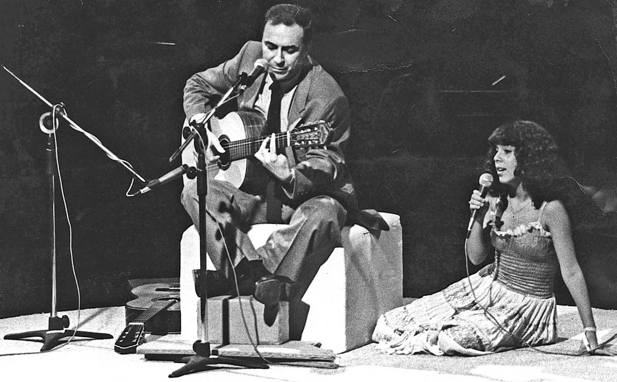 O compositor e violonista João Gilberto, considerado o criador da Bossa Nova, em show com a filha Bebel - Lewy Moraes/Folhapress/ND