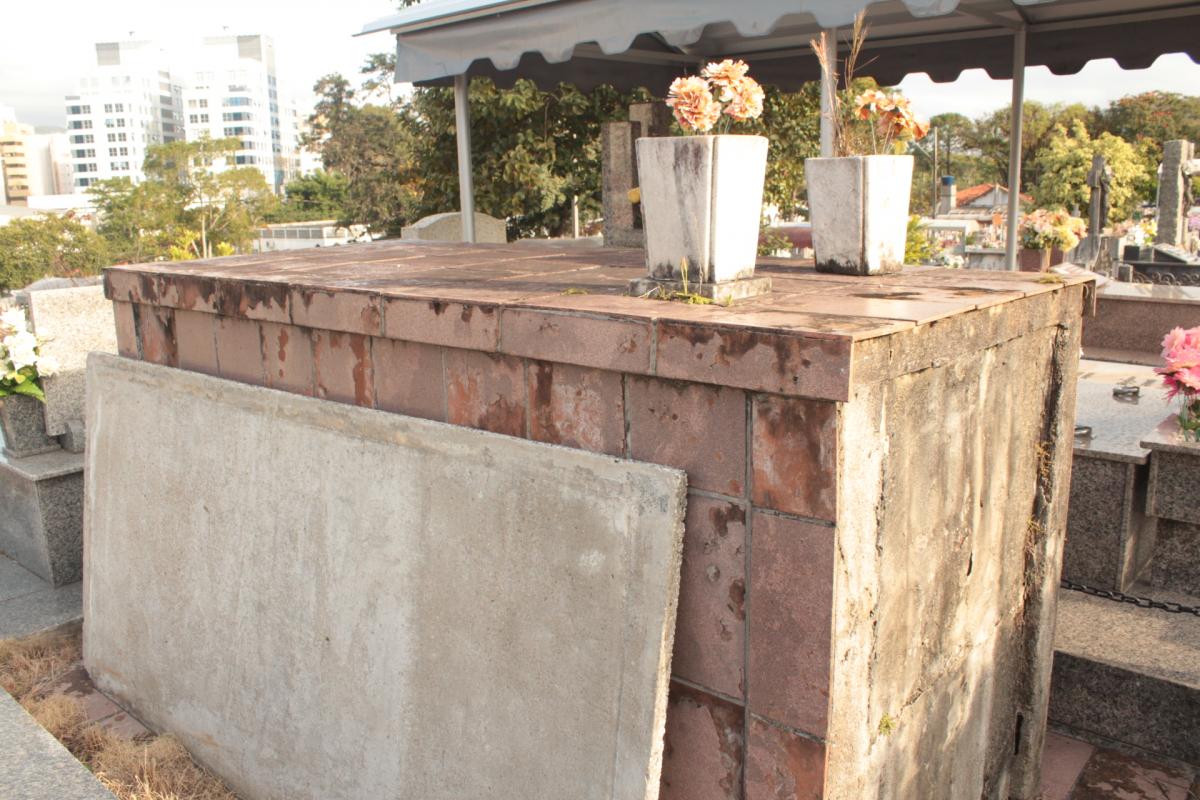Túmulo de Antonieta, no Itacorubi, está abandonado. Ganhará placa e deve ser restaurado se Alesc aprovar projeto de lei - Carlos Damião/ND