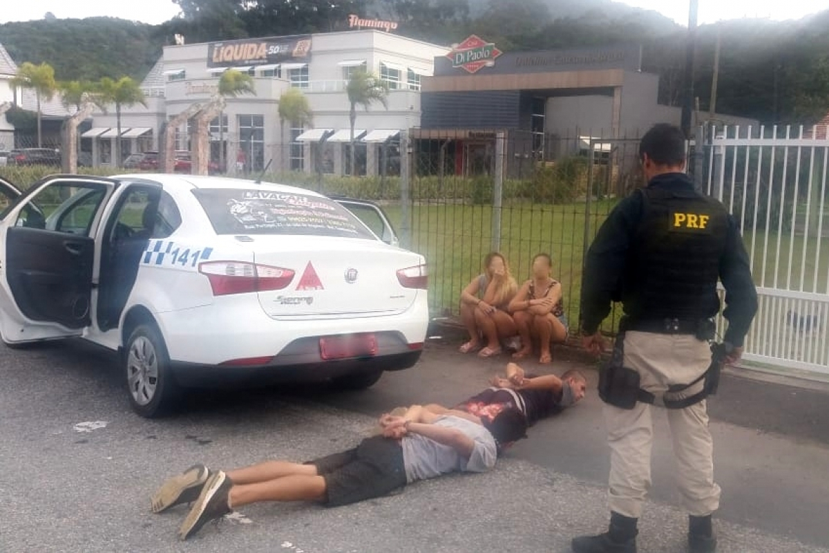PRF prendeu os dois homens e as duas mulheres durante uma fiscalização de rotina - PRF/Divulgação/ND