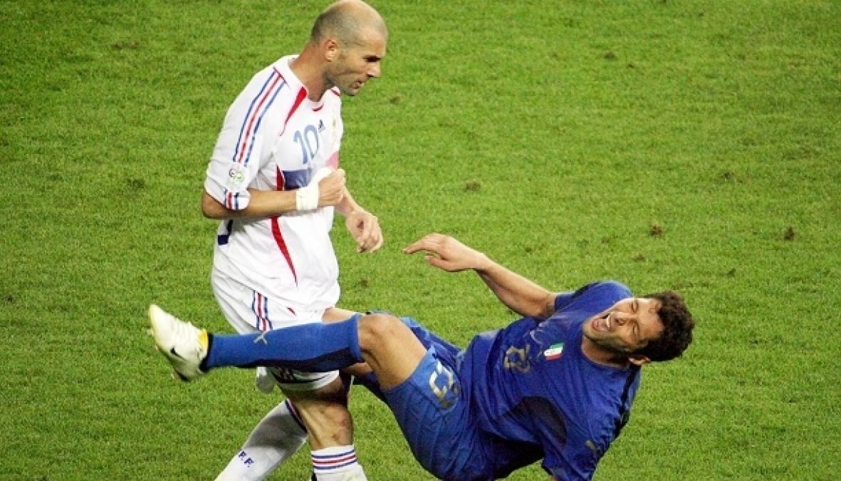 O lance capital, Zidane acerta cabeça em Materazzi e é expulso - JOHN MACDOUGALL/AFP/GETTY IMAGES