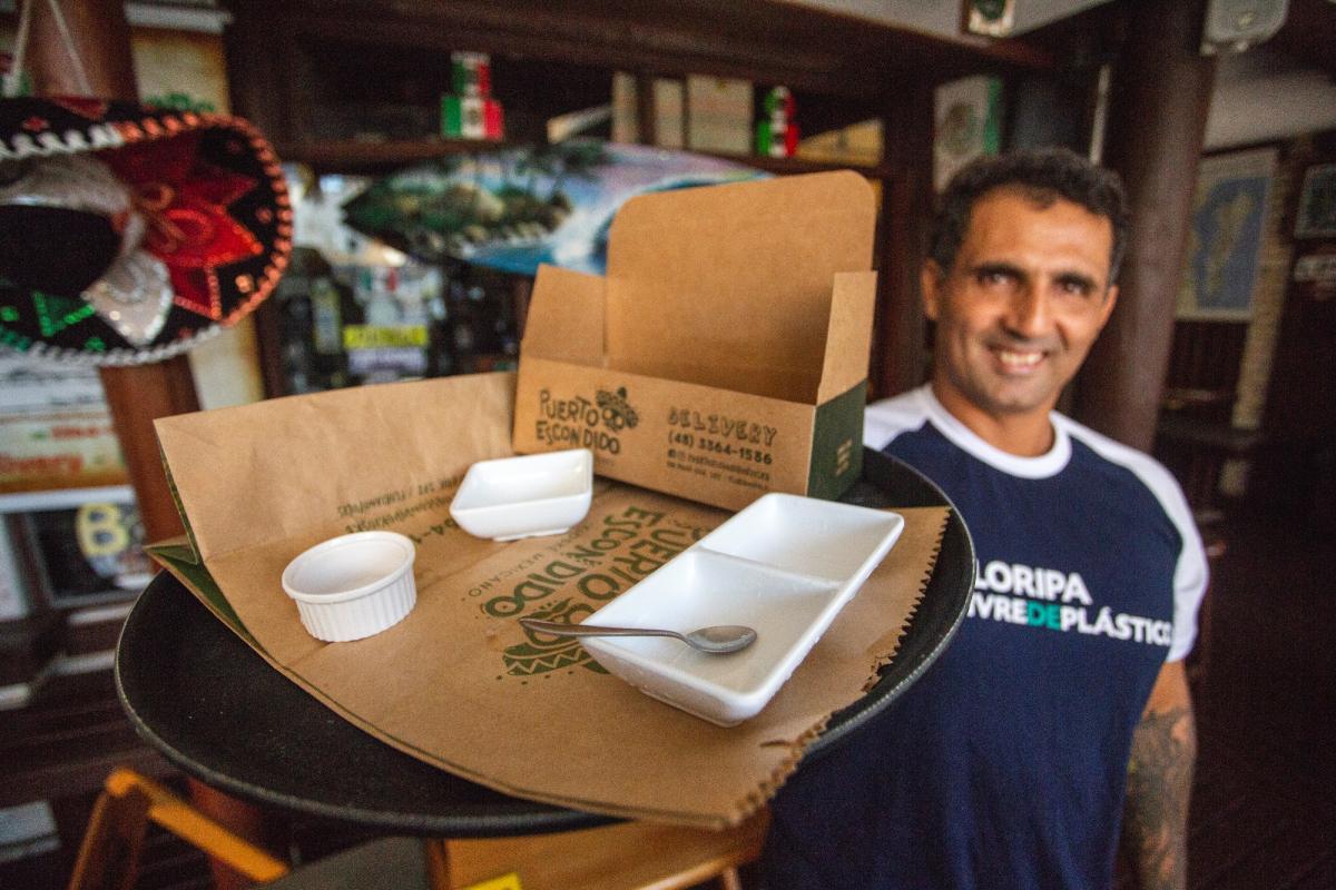 Rodrigo deixou de comprar sacolas plásticas e utiliza embalagens de papel reciclado - Flávio Tin/ND