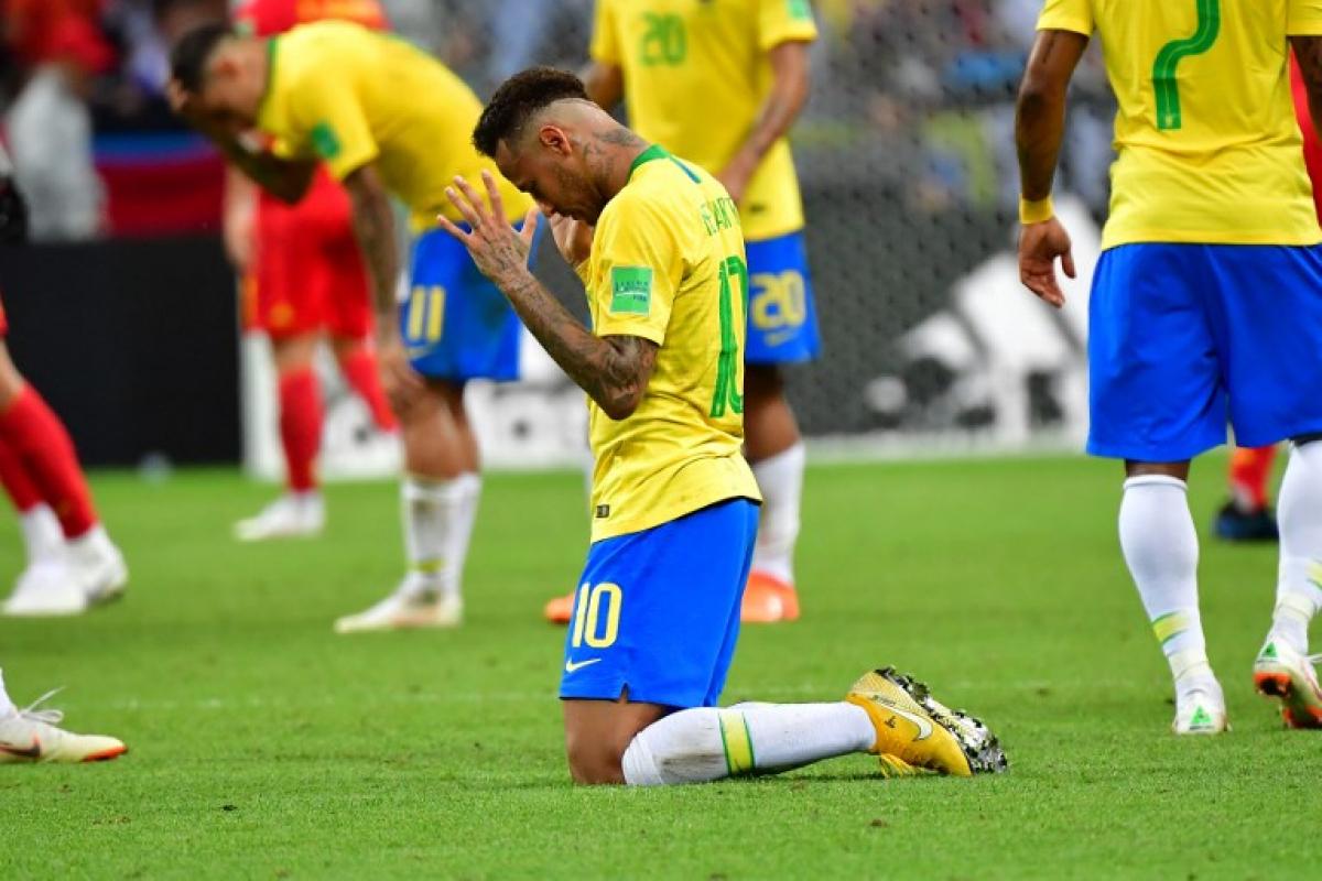 Neymar se ajoelha no gramado - Luis Acosta / AFP