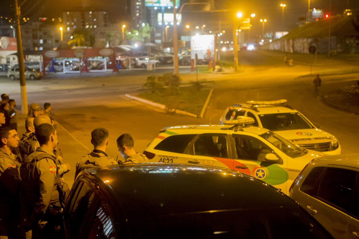 Policiais acompanharam a situação próximo às barricadas na noite desta segunda-feira - Flávio Tin/ND