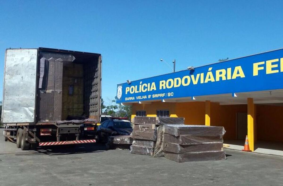 A PRF achou estranho que as notas do caminhoneiro não batiam - PRF/Divulgação/ND
