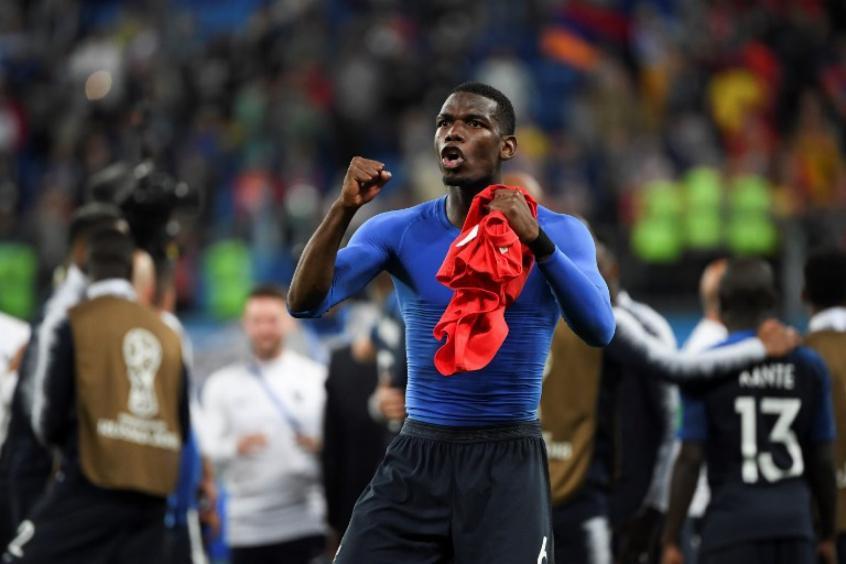Pogba , batendo no peito, foi um dos que mais festejou a classificação na terça (Foto: AFP/FRANCK FIFE) -
