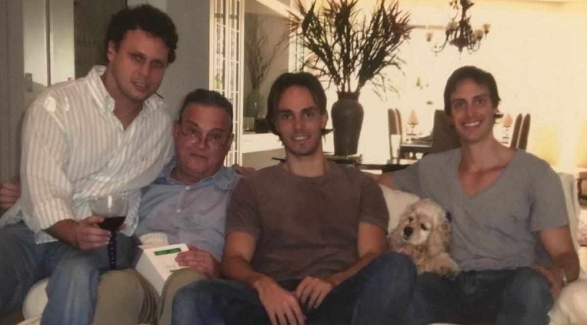Felipe com os filhos Antônio, Alexandre e Guilherme - reprodução Álbum de Família, ND