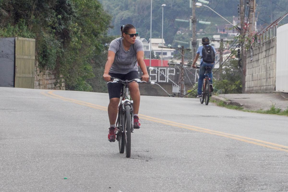 Como o túnel Antonieta de Barros não tem ciclovia, Ana Carla precisa pedalar pelas ruas do José Mendes - Marco Santiago/ND