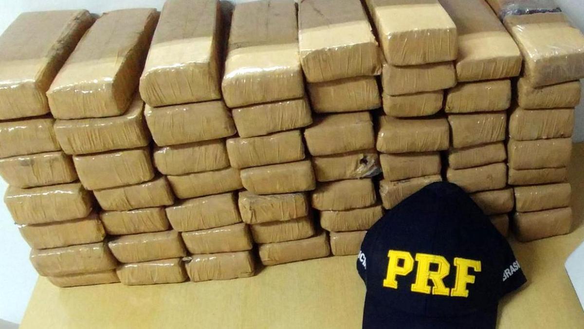 Policiais localizaram 57 tabletes de maconha dentro do Ford/Focus - PRF/Divulgação/ND