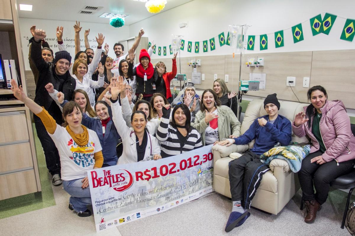 Carlos Henrique (à dir.) é um dos pacientes beneficiados com a doação dos músicos voluntários - Marco Santiago/ND