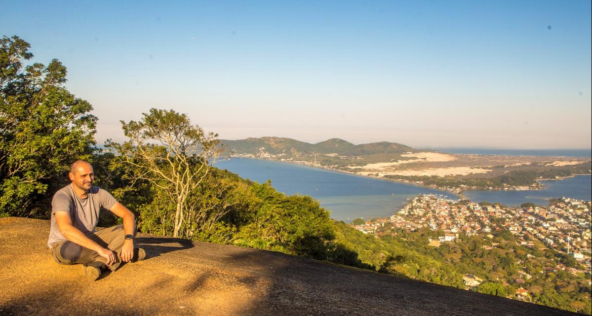 Rodrigo Dalmolin, que conhece como poucos os morros da Ilha, e a incrível vista da Lagoa da Conceição - Flávio Tin/ND