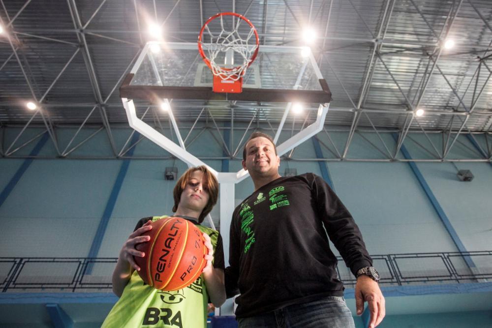 Gilberto (pai) e Gabriel vivenciam a paixão pelo basquete juntos - Marco Santiago/ND