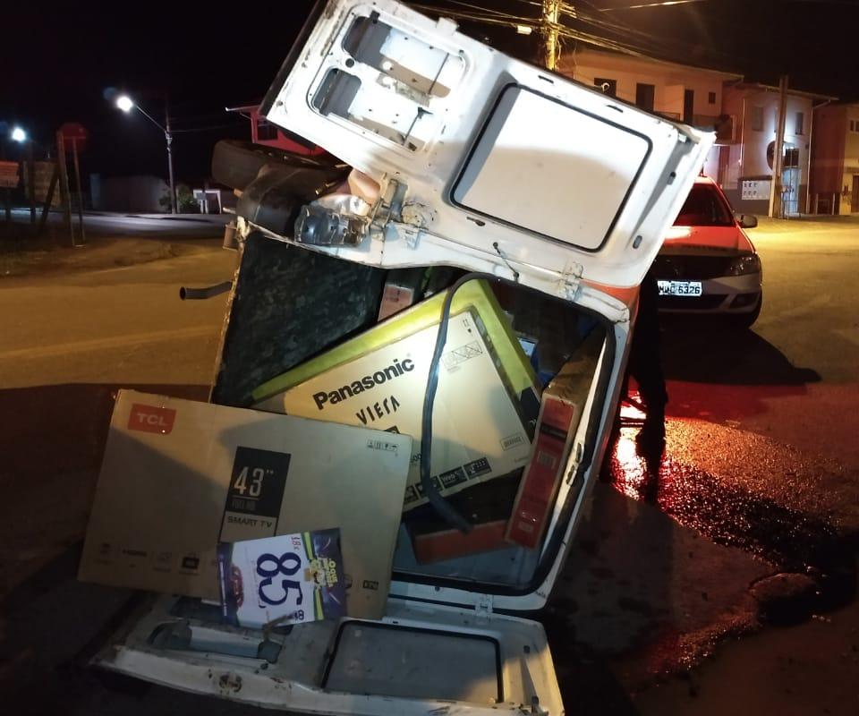 Televisores roubados foram encontrados no carro utilizado pela dupla - Polícia Militar/Divulgação/ND