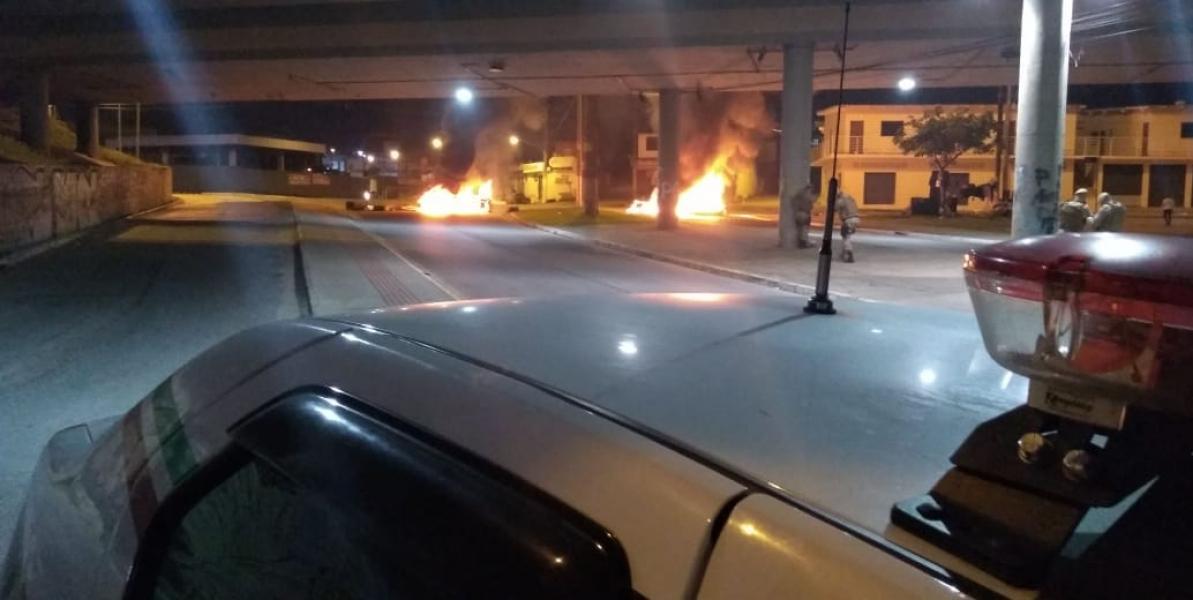 Colchões foram incendiados sob o viaduto da Chico Mendes - Divulgação/ND