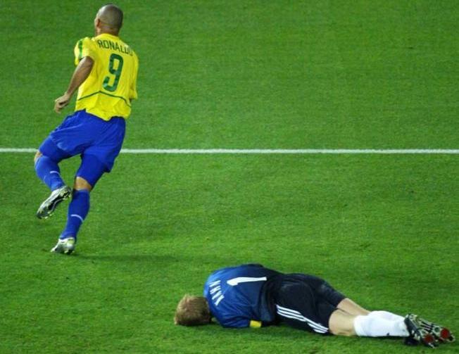 1º) Maior artilheiro do Brasil em Copas, Ronaldo marcou 15 gols em 19 partidas: quatro gols na França-98, oito gols na campanha do penta, em 2002, e mais três gols na Alemanha-2006.  -  (Foto: AFP/DAMIEN MEYER)