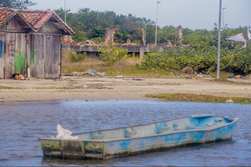 O que seria a sede da Resex em Florianópolis: obra abandonada e tomada pelo mato - Flávio Tin/ND