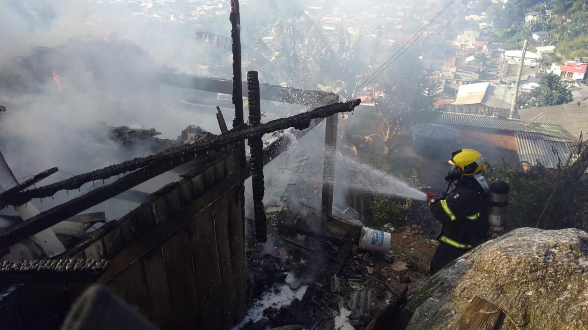 Bombeiros impediram que fogo se alastrasse pelas demais casas da área - Corpo de Bombeiros/Divulgação/ND