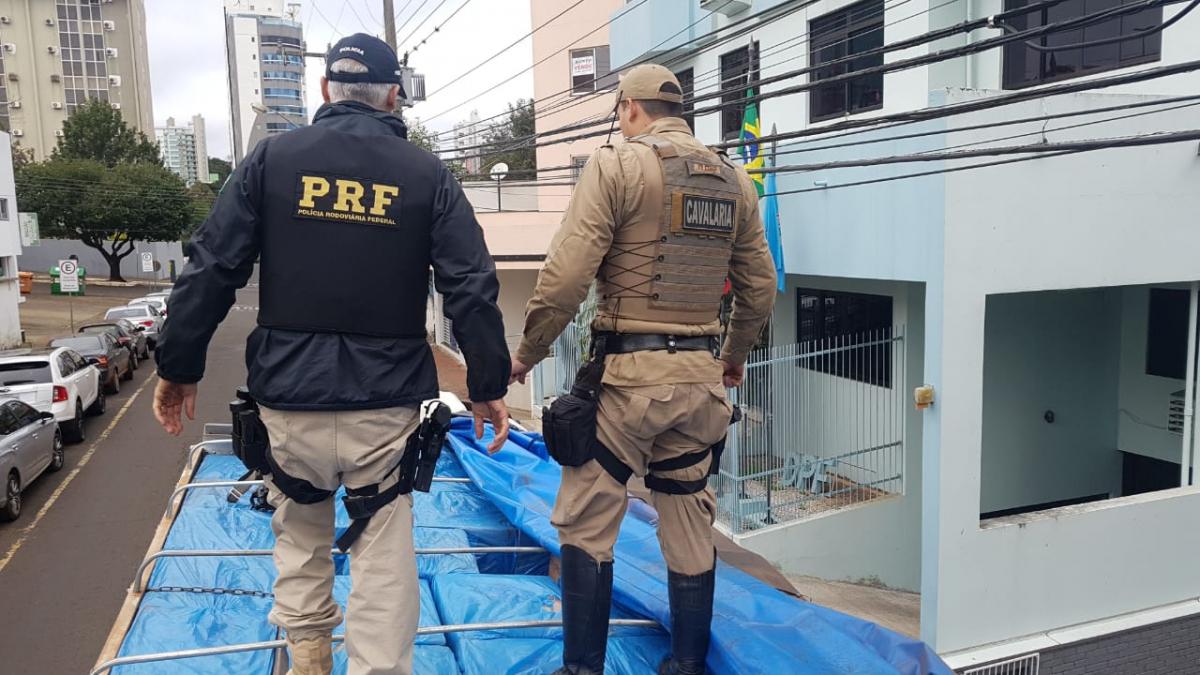 Primeira ação resultou na apreensão de um caminhão com 200 mil maços de cigarros - PRF/Divulgação/ND