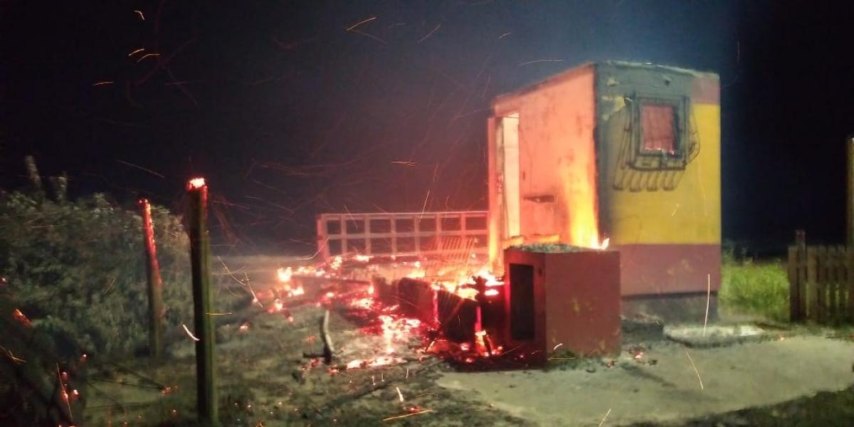 Posto do Campeche foi incendiado durante a madrugada deste sábado - André Vieira/Divulgação/ND