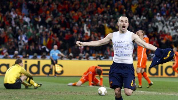 Em 2010, Espanha venceu a Holanda na final -  (Foto: KERIM OKTEN / STR)