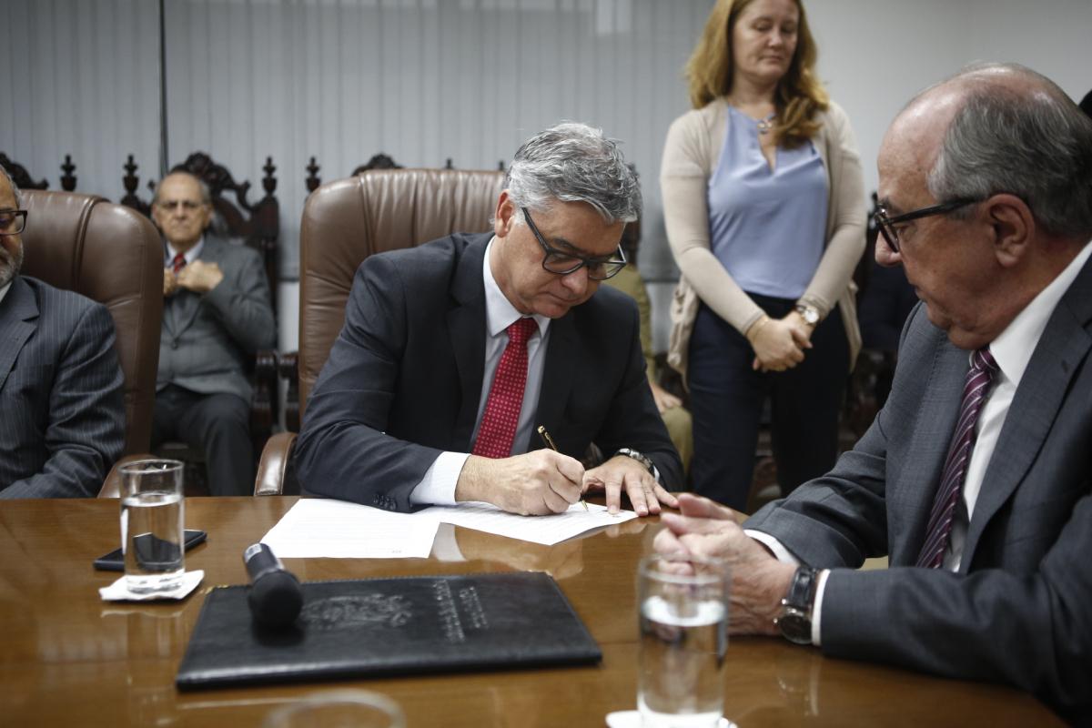 Desembargador Rodrigo Collaço assumiu o governo nesta segunda-feira, durante viagem do governador Eduardo Moreira à Itália - Daniel Queiroz/ND