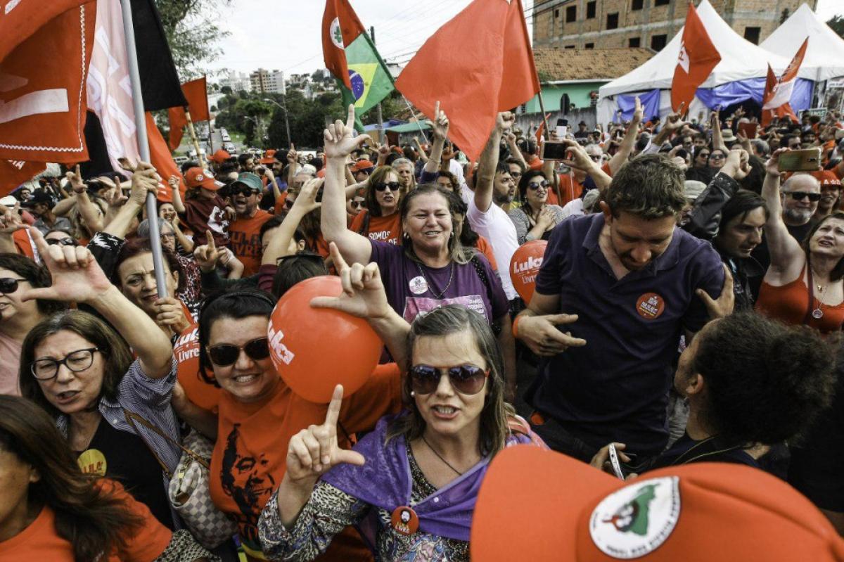 Manifestantes favoráveis ao ex-presidente Lula aguardam a saída do petista próximo à Superintendência da Polícia Federal no Paraná - Agência PT/Divulgação