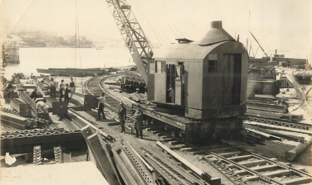 Trabalhadores, guindaste e peças no canteiro de obras continental da ponte - Acervo Marcelo Blreggi/Divulgação/ND