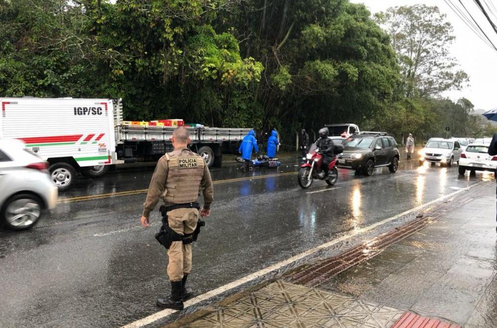 Acidente aconteceu por volta das 7h30 próximo á UFSC - Fabiane Paza/RICTV Record/ND