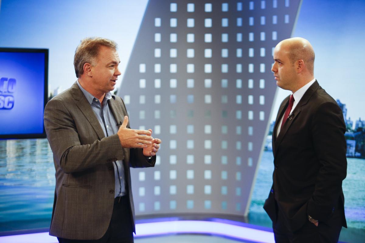 Gean Loureiro (à esq.) anunciou o investimento durante entrevista a Raphael Polito, no Balanço Geral, da RICTV - Daniel Queiroz/ND