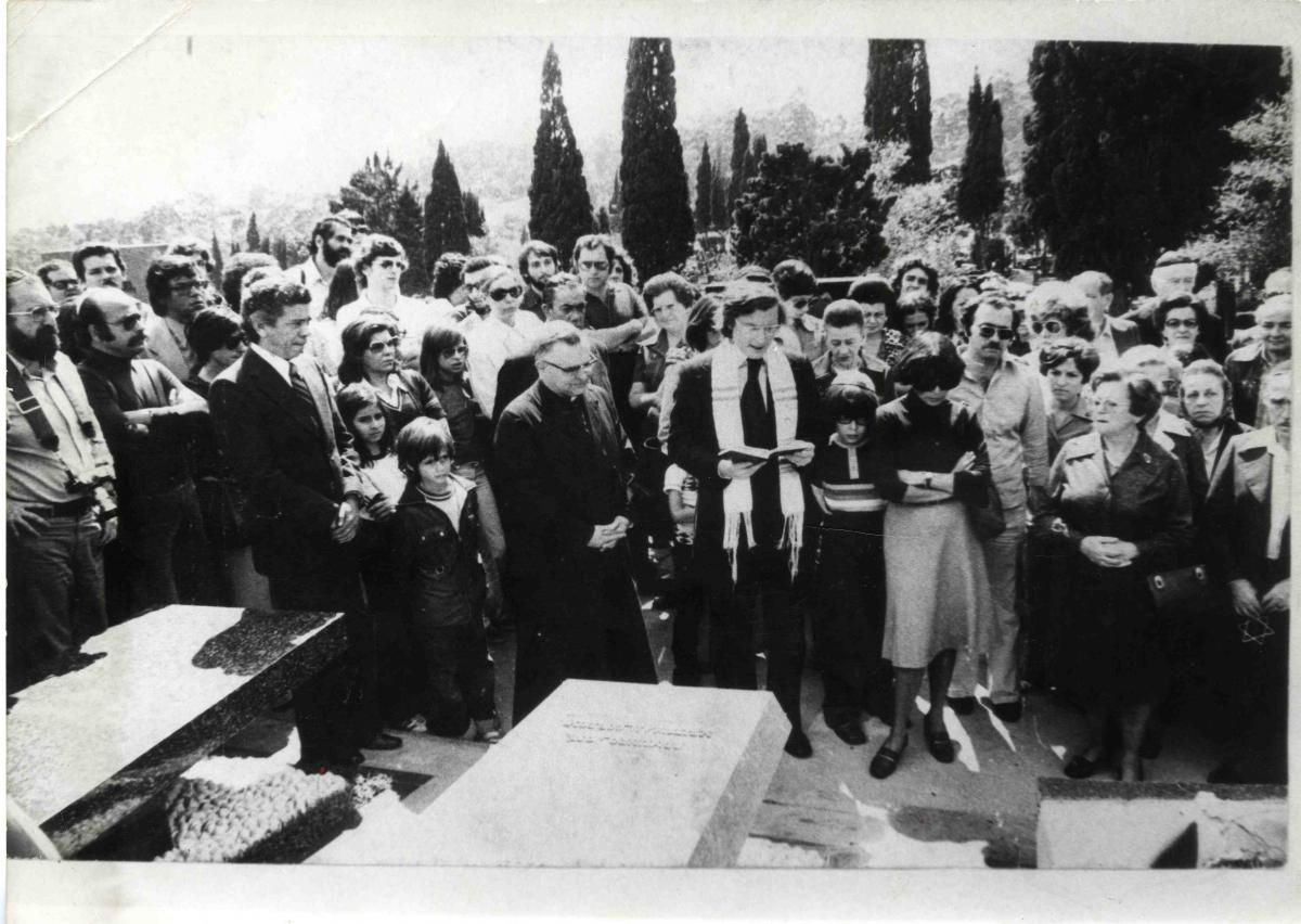 Dom Paulo Evaristo Arns e o rabino Henry Sobel celebram missa ecumênica de um ano da morte do jornalista Vladimir Herzog, em 1976 - Folhapress