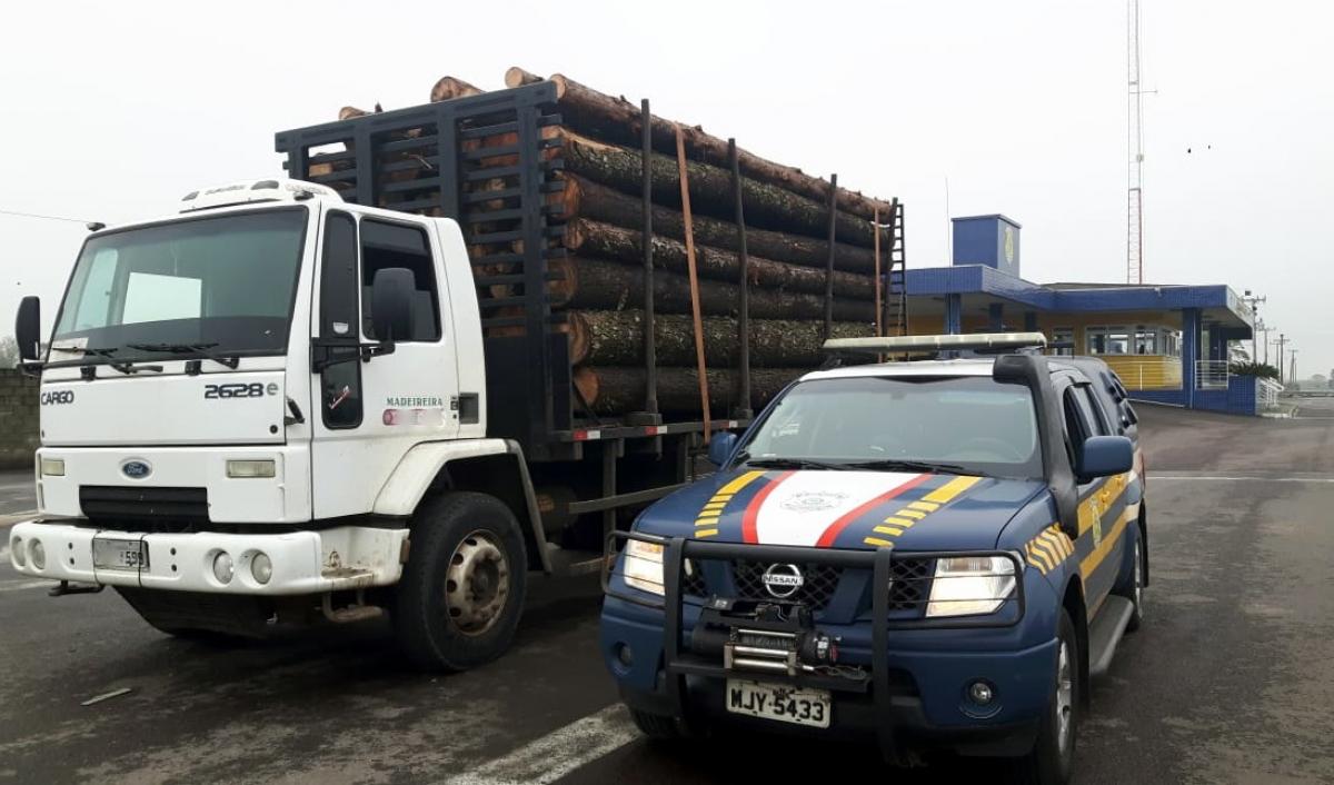 Caminhão transportava 8 toneladas de toras de madeira acima do limite - PRF/Divulgação/ND