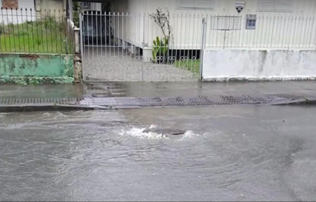 Na rua Antônio Carlos Ferreira, no bairro Agronômica, os moradores reclamam que os alagamentos são frequentes - RICTV Record/Reprodução/ND